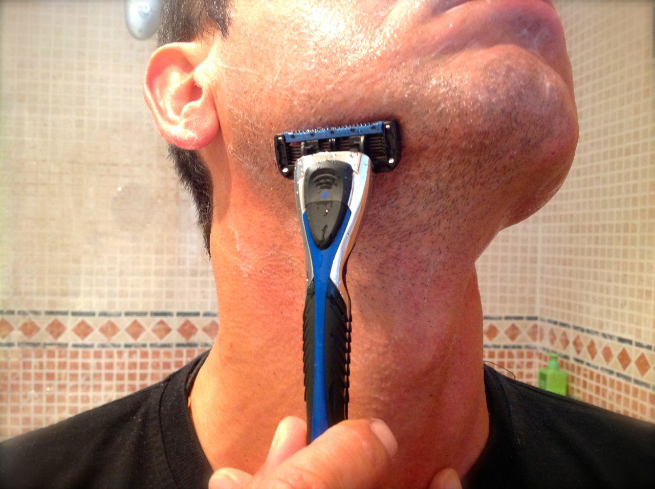 El Fidel Neo, cinco cuchillas de afeitar ultrafinas con recubrimiento de titanio y banda con Aloe Vera y Vitamina E