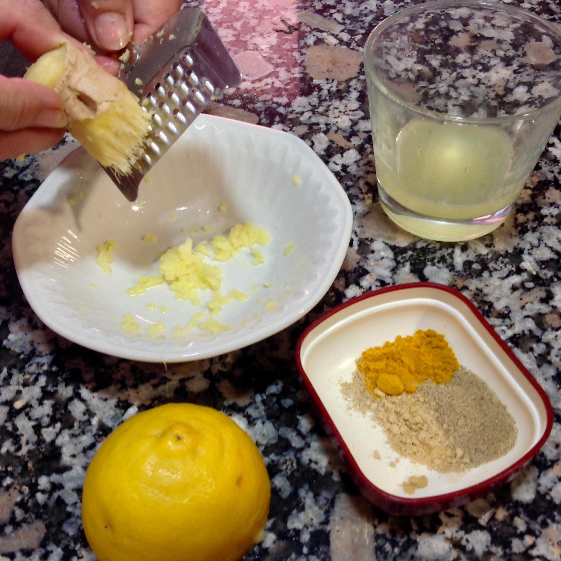 Preparando las especias para el arroz vegano.