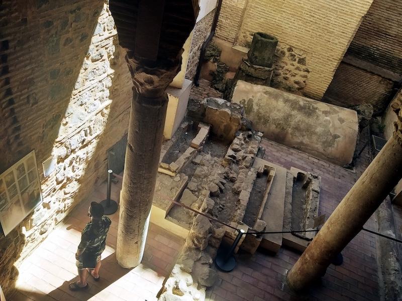 Aljibe de la antigua mezquita, hoy convertida en Iglesia. Muy llamativos los relives visigodos y cornisas romanas.