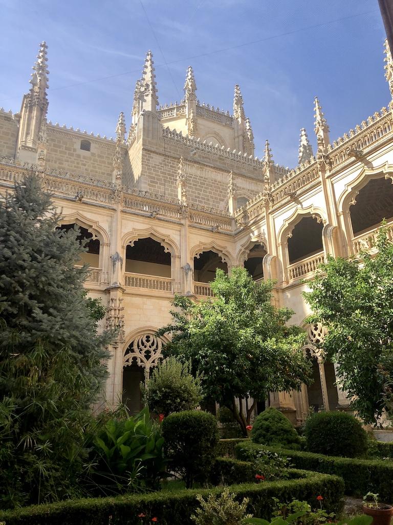 Ubicado en el antiguo barrio judío o judería de Toledo, fue mandado construir por los reyes católicos.